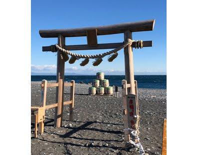 川尻海岸 初詣「幸福を呼ぶ鳥居」