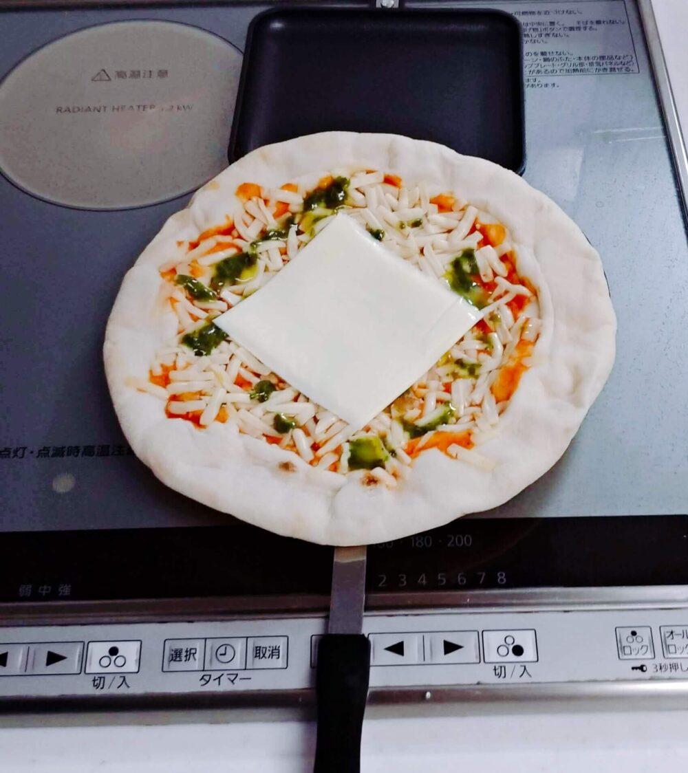 スーパーのピザに追いチーズ